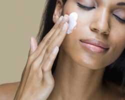 Как правильно наносить крем на кожу лица?
