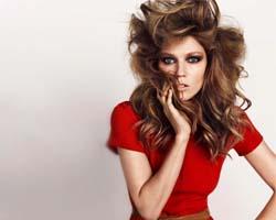 Прекрасная женщина в красном